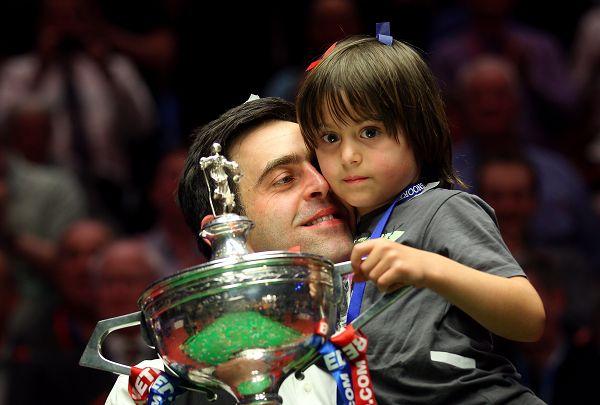 图文:奥沙利文世锦赛夺冠 变身慈爱的父亲