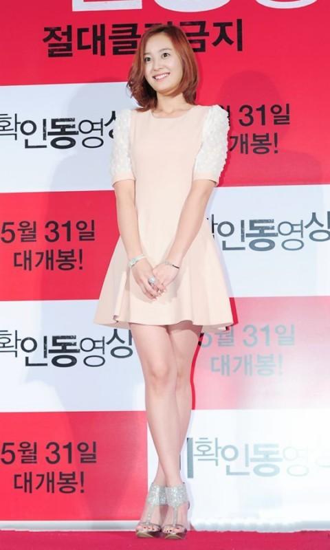 姜星粉色连衣裙很适合现在的季节啊,韩国女生特有的甜美完全展现。