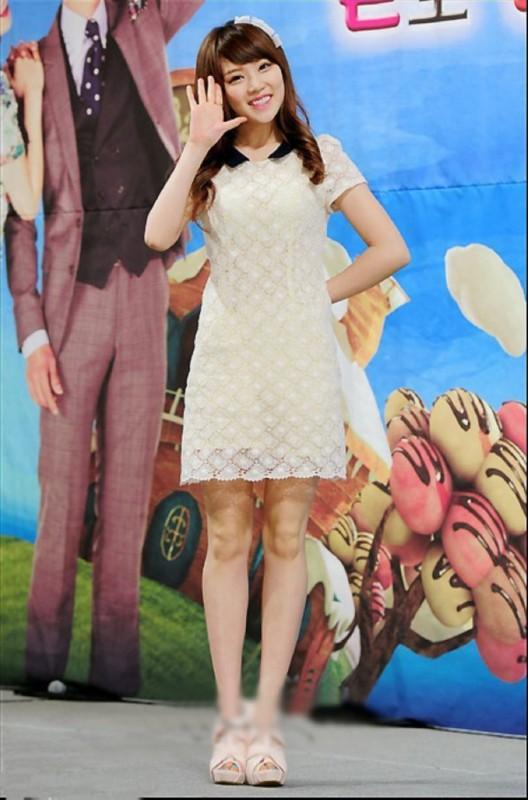 朴敏英韩国女星最爱的简约款连衣裙,不需要太多装饰,简简单单就已经很美!