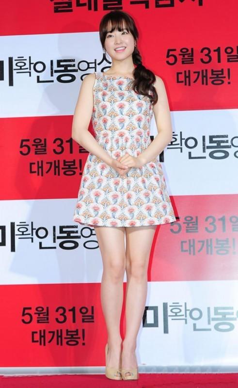 朴宝英小花裙可爱无比啊,裸色高跟鞋延伸视线成功增高。