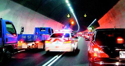 图:雪隧火烧车,从坪林到石碇路段塞车5个多小时,警车和消防车只能穿梭车阵内,救援困难。来源:台湾《联合报》