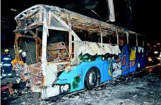 图:首都客运巴士烧得只剩车架。台湾《联合报》