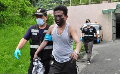 """图1:遭追撞的葛玛利兰司机刘信智(左2)在逃出现场时,还不忘车上乘客安危。来源:台湾""""中央社"""""""