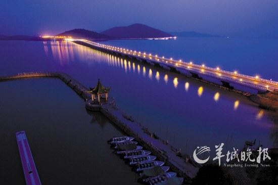 太湖夜色撩人,夜阑珊,霓虹映桥影成双