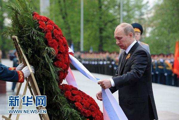 5月8日,俄罗斯总统普京在莫斯科向无名烈士墓敬献花圈。当日,普京在自己就任俄罗斯总统后的第一个工作日向无名烈士墓献花圈。 新华社记者李勇摄
