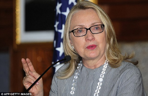 希拉里访问印度、孟加拉国,不施脂粉只戴黑框眼镜。