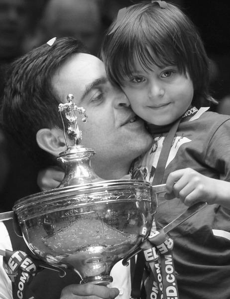 5月7日,奥沙利文(左)在颁奖仪式上与儿子小罗尼一同分享胜利的喜悦。   本组图片新华社发