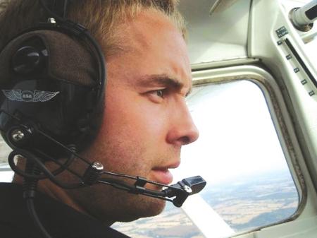 卡特认为驾驶飞机能让人更加专注。(资料图片)