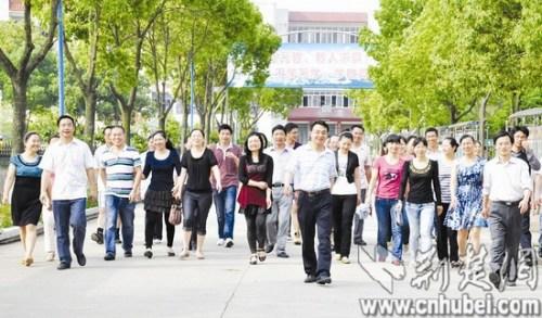 """8日,新洲四中部分""""夫妻教师""""的合影-武汉某高中有57位教师夫妻 图片"""