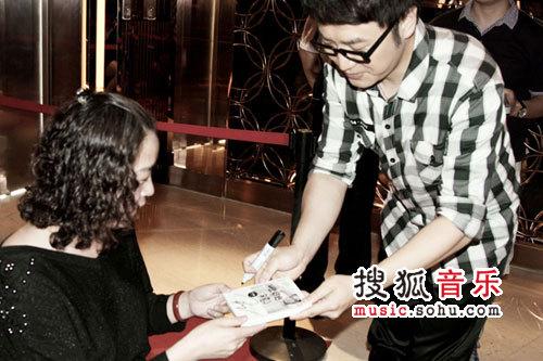 王铮亮给老婆唱的歌_王铮亮欢唱会温馨动人 当点唱机为歌迷妈妈献唱-搜狐音乐