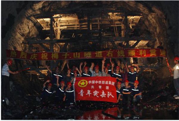 5月5日,炎汝高速公路梅子山隧道右线胜利贯通,比预定隧道单幅贯通节点提前了87天。