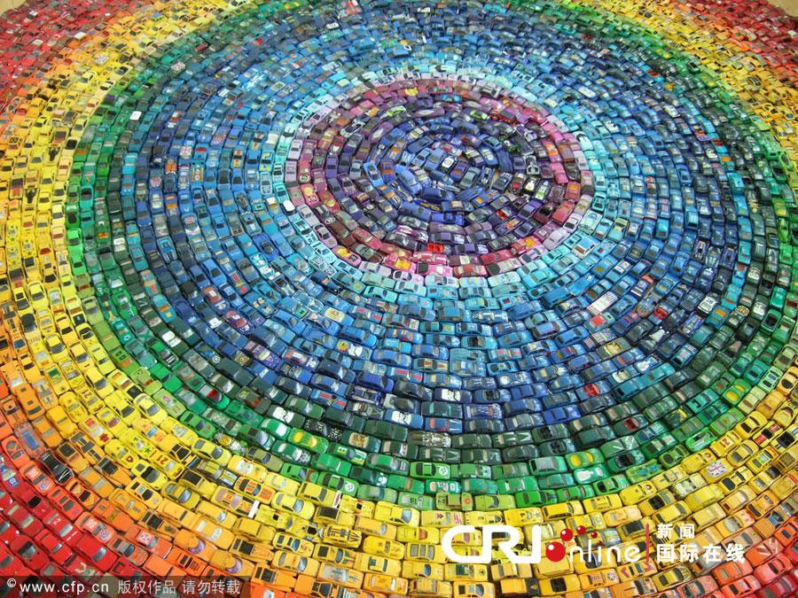 """英国创意艺术家用6千辆玩具车打造""""彩虹方阵""""(高清组图)"""