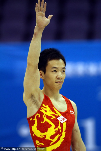 图文:全锦赛男子全能赛 郭伟阳举手致意