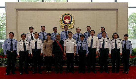 国务委员、公安部部长孟建柱5月10日在北京亲切会见受到表彰的缉毒民警及牺牲公安民警家属。