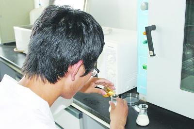 ⑤分别加入微量皮革液(淡黄色)和微量乙基麦芽酚。