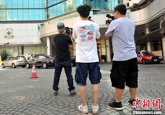 5月10日,香港多家媒体记者在养和医院外守候,等待采访刘德华妻子<a href=