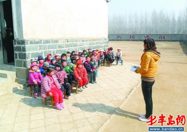 幼儿园学生在室外上课