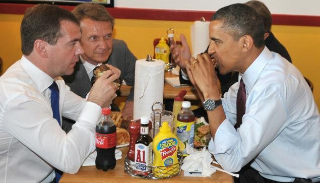 奥巴马和梅德韦杰夫同吃汉堡。