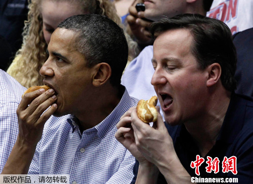 2012年3月13日,美国总统奥巴马邀请英国首相卡梅伦一起观看NCAA联赛的一场篮球赛,两人在看台上一起吃热狗,大快朵颐,丝毫不顾及自己的吃相。