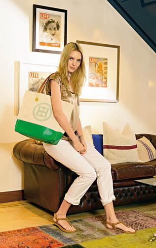金色丝质上衣($990)、白色Roll-up长裤($1,390)、TH绿白色Tote Bag($990)、啡色T-strap凉鞋($990)