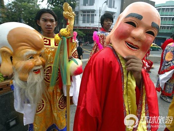 温泉 度假村/瑞士苏黎世,戴面具的狂欢者在参加游行。