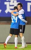 图文:[中超]实德3-1恒大 马丁进球与队友庆祝