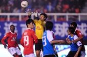 图文:[中超]实德3-1恒大 杨君比赛中救险