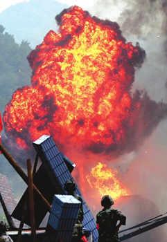 5月11日,危化品爆炸现场,救援人员奋力灭火。