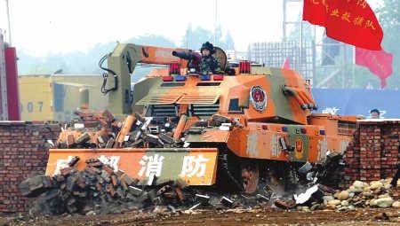 5月11日,消防坦克冲破障碍前往火灾现场。
