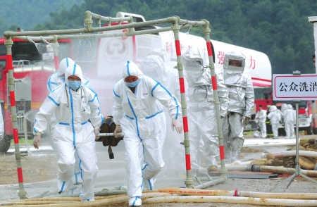 5月11日,危化品爆炸灭火现场,救援人员接受消洒消毒。