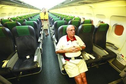 由于大批游客退团,5月11日凌晨1点上海飞往菲律宾克拉克机场的航班,最终只剩下晨报两名记者及一名美籍乘客。