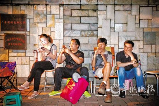 家长们带上凳子、睡椅、蚊帐,漏夜在幼儿园门口排队 羊城晚报记者 何奔 摄