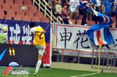图文:[中超]申花0-0申鑫 李磊被罚愤怒踢水瓶