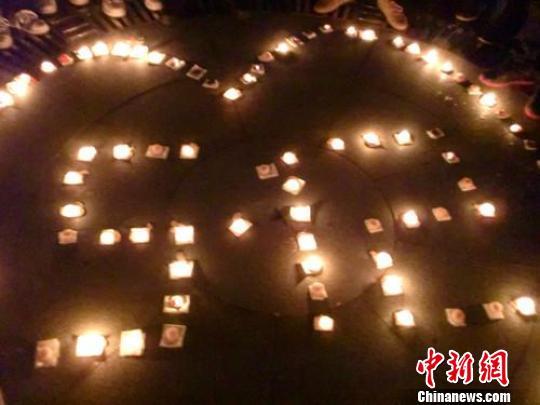 """200只蜡烛摆出心形和""""5.12""""字样。窦跃文摄"""