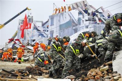 """11日,四川开展大型防灾救灾综合实战演练。医护车辆、民兵等在""""灾区""""展开救援。王小波 摄"""