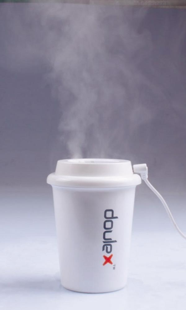 热热se_将一个水杯造型的加湿器放在桌面上,远远看去如同一杯热水散发热气,既
