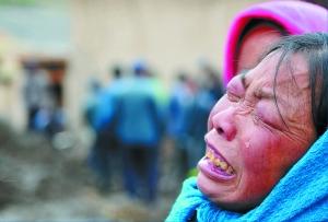 禾驮镇村民失去亲人后悲伤难抑. 本报记者 房毅 摄影报道-雹洪之殇