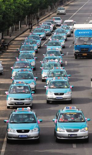 准的哥办喜事 22辆出租车护驾 车队拉风引围观(组图)图片