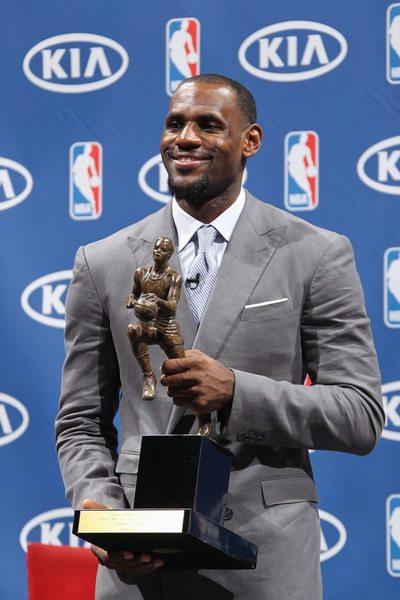 亚冠奖杯图片_图文:[NBA]詹姆斯MVP颁奖礼 高捧MVP奖杯-搜狐体育