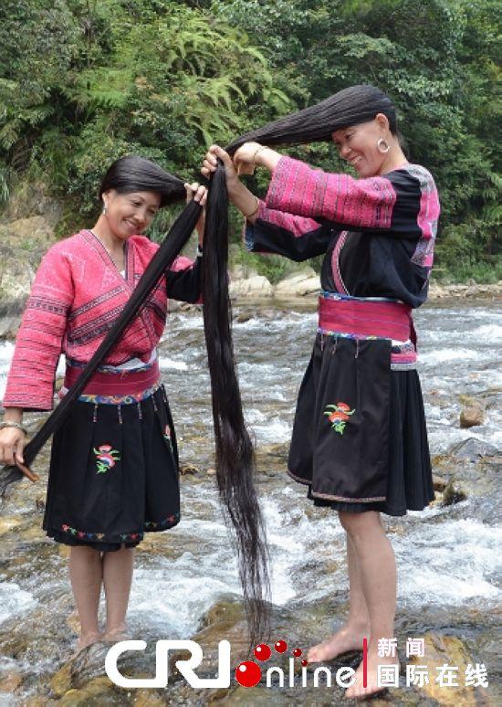 黄洛红瑶寨红瑶大嫂相约来到小溪旁洗发梳妆资料图片