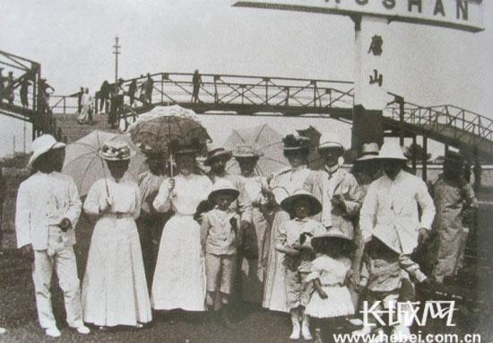 20年代照片_上世纪20年代,外国人在唐山火车站留影. 源自网络