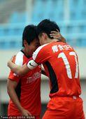 图文:[中超]中能1-3阿尔滨 刘健和队友庆祝