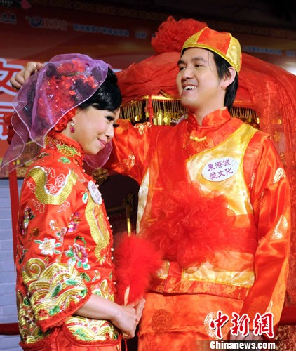 5月13日是母亲节。香港重现传统三大族群的婚嫁仪式,以此颂扬母爱的伟大。中新社发 任海霞 摄