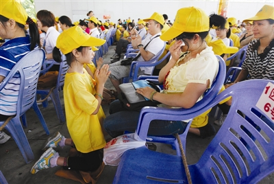 跪拜父母,谢养育恩 本版图片均由东莞时报记者 陈栋 摄