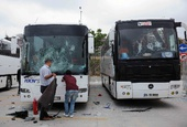 图文:欧冠篮球联赛球迷骚乱 球迷大巴被砸