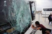 图文:欧冠篮球联赛球迷骚乱 大巴车窗被砸