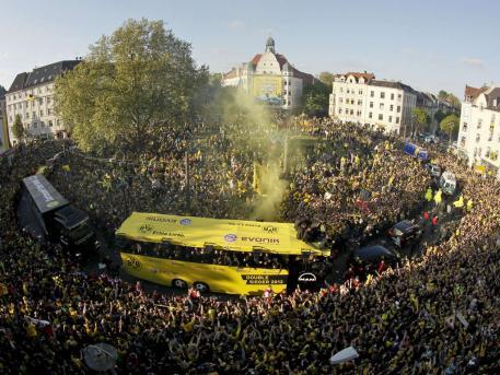 多特蒙德大巴车开在人群中