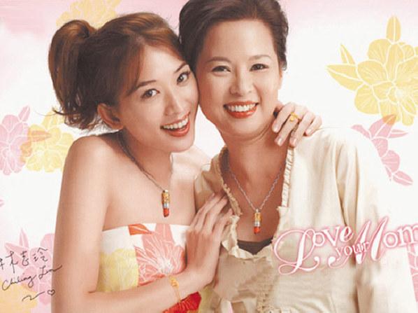 很多时候不要以娱乐圈女星身边的是姐妹好友,说不定那一位正是她们的漂亮妈妈。图为张咪和女儿李洛伊。