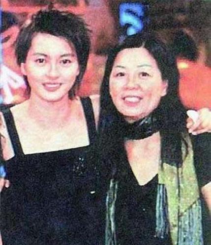 梁咏琪与母亲