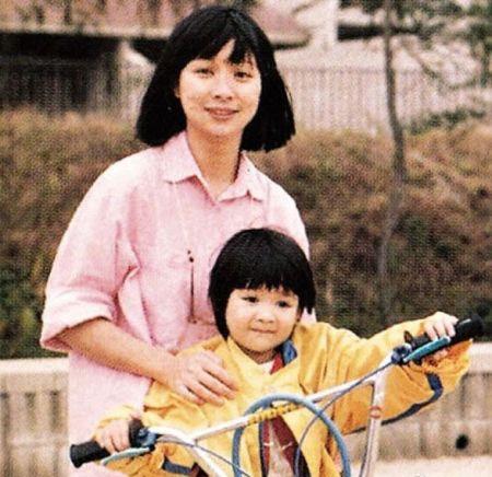 去世的年轻女明星_明星母亲节晒星妈年轻美照(组图)-搜狐新闻